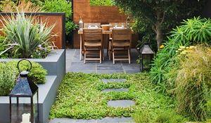 Mała architektura i dekoracje w ogrodzie. Jak uniknąć kiczu?