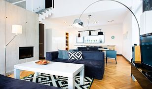 Projekt domu z antresolą i wysokim salonem. Black & white