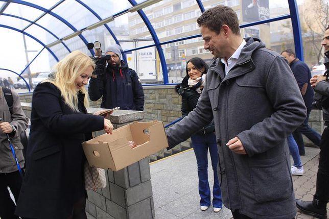 Kandydat Koalicji Obywatelskiej na prezydenta stolicy rozdawał pączki i kawę przechodniom