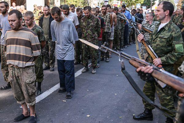 Pochód ukraińskich jeńców w Doniecku