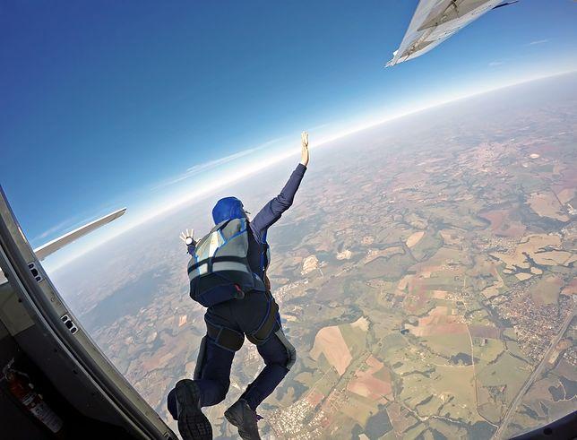 Skoki ze spadochronem są popularną rozrywką ekstremalną. Skok bez spadochronu wykonał tylko Luis Aikins.