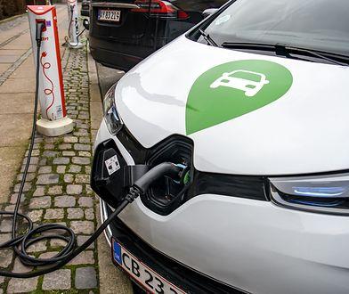 Ładowanie elektrycznego samochodu.
