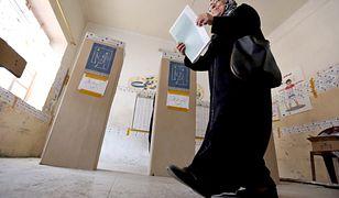 Kobieta oddaje głos w lokalu wyborczym w Bagdadzie