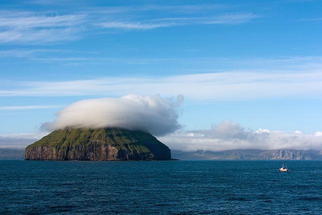 """Niesamowita wyspa na Morzu Norweskim. Unosi się nad jej """"prywatna"""" chmura"""
