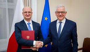 Prof. Piotr Wawrzyk (po lewej) odbiera do ministra Jacka Czaputowicza (po prawej) nominację na stanowisko podsekretarza stanu w MSZ.