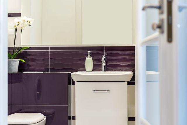 Kolorowy pomysł na łazienkę: fioletowa