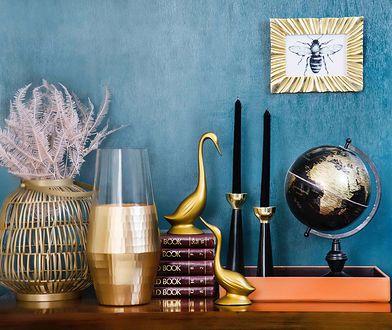 Złote dekoracje, wazony i ramki pięknie prezentują się na tle ścian w kontrastowym kolorze