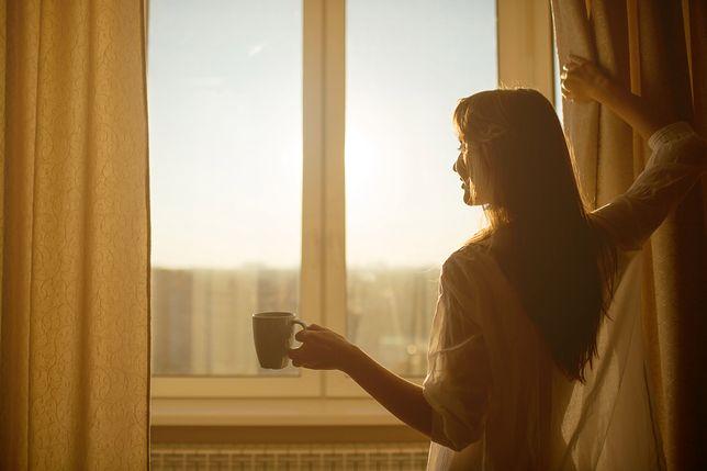 Era Tindera i samotności. Dlaczego kobietom trudno znaleźć dziś partnera?