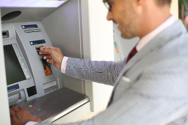 bankomat, mężczyzna
