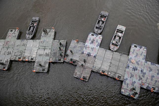 """Budowa mostu pontonowego po awarii w oczyszczalni ścieków """"Czajka"""""""