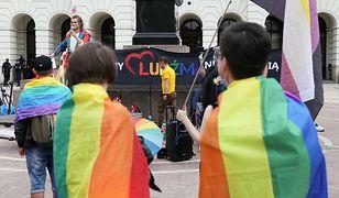 Splunął na osobę z flagą LGBT. Doszło do przepychanek na oczach policji