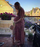 Kobieta spodziewa się trojaczków. Pokazuje jak zmieniło się jej ciało podczas ciąży
