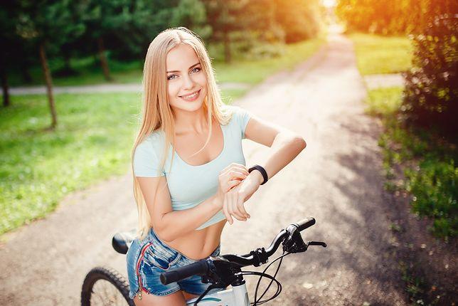 Opaska sportowa monitoruje przebyty dystans i spalane kalorie