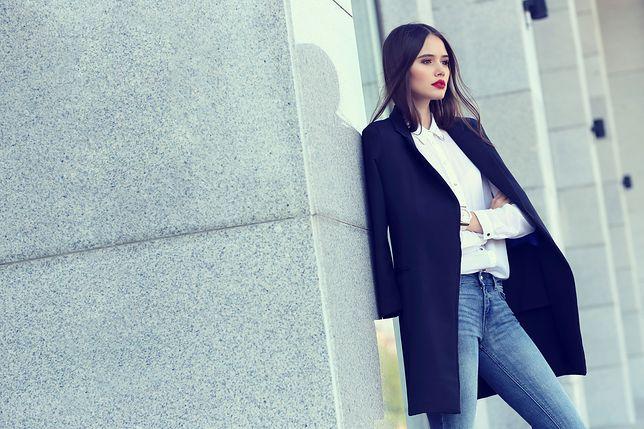 Do klasycznych jeansów możemy dobrać białą koszulę, ciemną marynarkę i dowolne dodatki