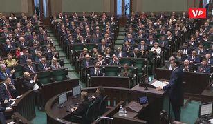 """Stanowcze słowa podczas expose Mateusza Morawieckiego. """"Dzieci są nietykalne"""" i burza oklasków"""