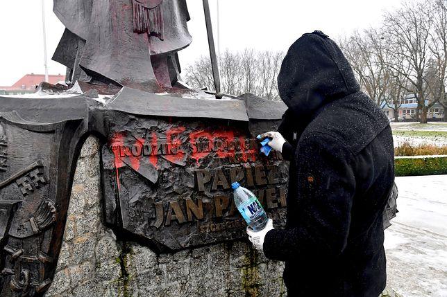 Szczecin. Pomnik Jana Pawła II pomazany farbą