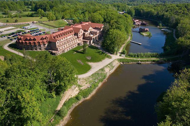 Hotel położony jest nad jeziorem między Ustką a Słupskiem