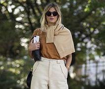 Szerokie spodnie i dopasowany sweterek dobrze sprawdzą się w ciepły, jesienny dzień