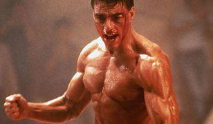 """Pamiętacie te mięśnie? W tym temacie niewiele się zmieniło. Na zdjęciu Jean Claude Van Damme w filmie """"Kickboxer"""" z 1989 r."""
