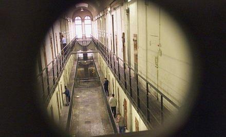 Strażnicy więzienni. Zastraszani i poniżani