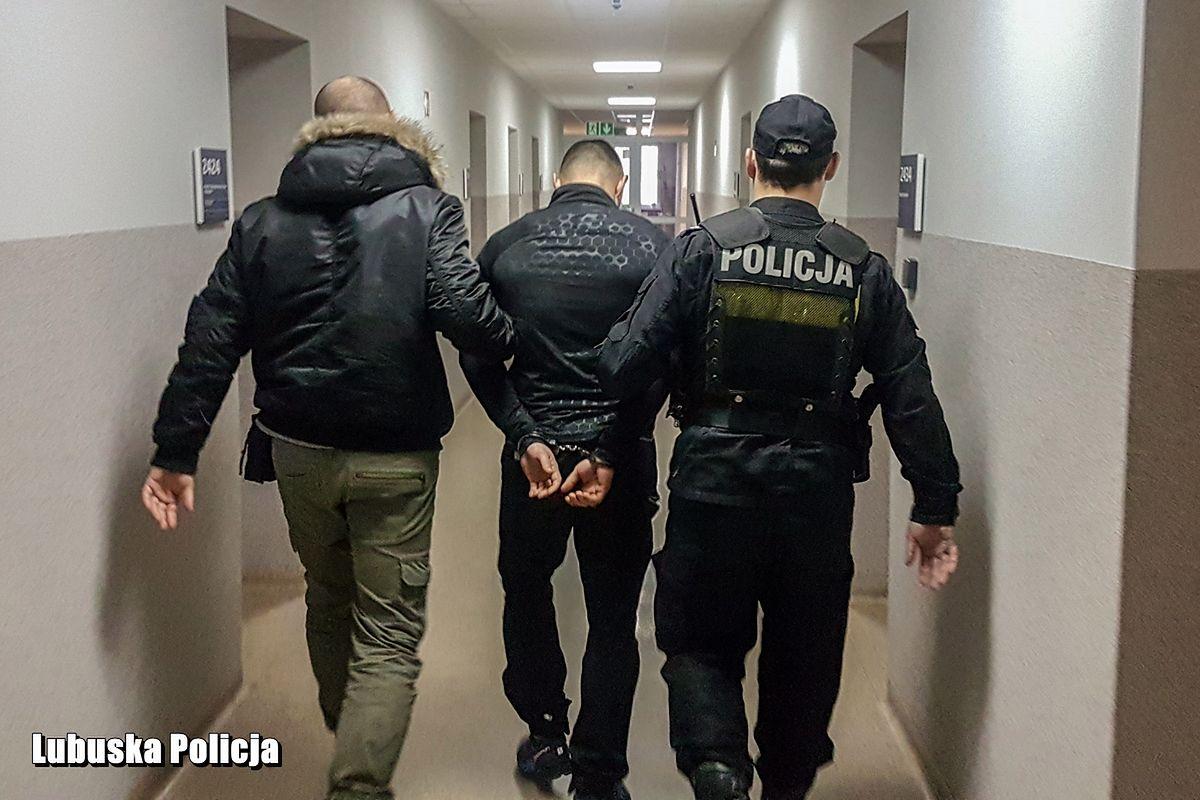 Uciekający złodziej rzucił w policjantów torbą. W środku było 350 tys. zł