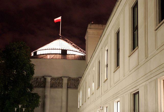 Gorąca noc na Wiejskiej. Bój o odwołanie ministrów