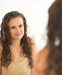 Mokra włoszka wraca do łask. Czym jest i jak zrobić kultową fryzurę?