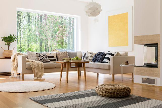 W aranżacji nowoczesnego pokoju dziennego dużą rolę odgrywa oświetlenie (naturalne i sztuczne), które w połączeniu z białymi ścianami daje wrażenie przestronności