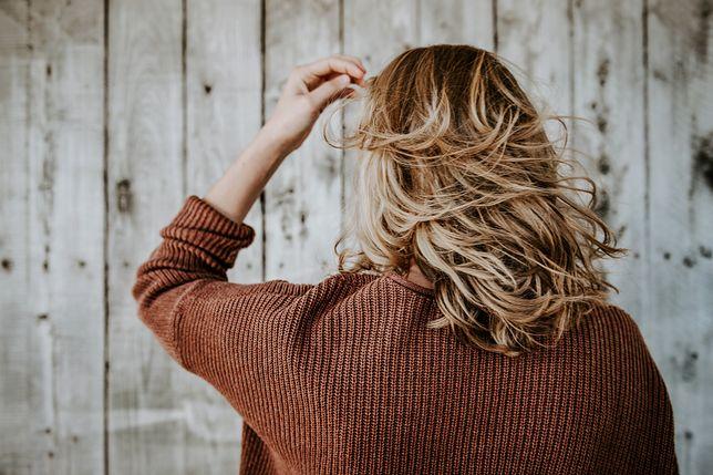 Blond włosy są zawsze na czasie, ale warto pamiętać o kilku pomocnych wskazówkach.