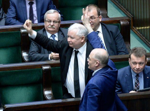 Jarosław Kaczyński w otoczeniu posłów PiS