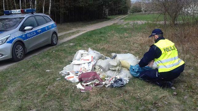 Śmieci leżały przy leśnej drodze w miejscowości Mauryców
