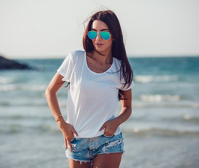 Biała koszulka sprawdzi się na wycieczce i pod żakiet w pracy