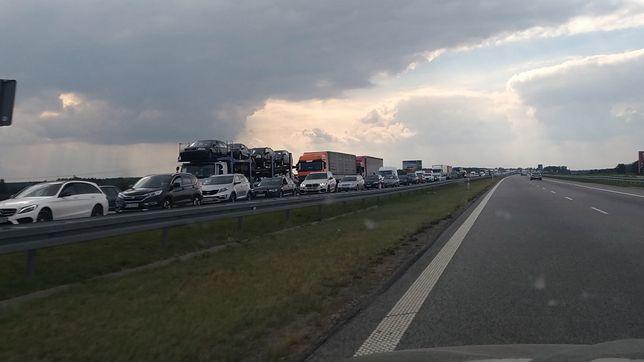 """Korek na A2 w stronę Warszawy. """"Zmiażdżony dostawczak"""""""