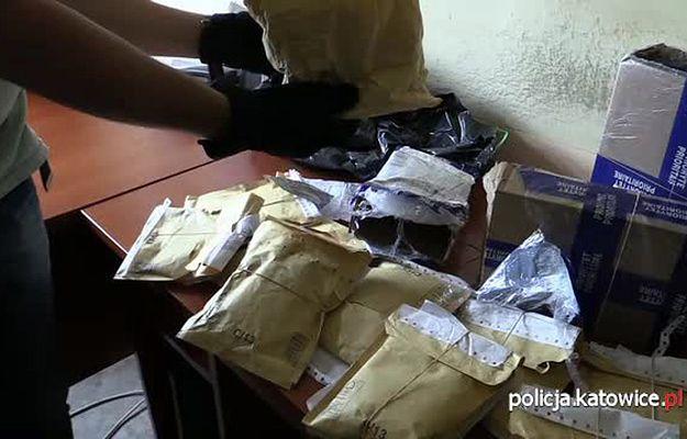 """Zarekwirowane przesyłki zawierające m.in. dopalacz """"Mocarz"""". Policja zatrzymała 20-latka z Katowic, do którego zaadresowane były paczki"""
