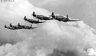 Samoloty Spitfire polskiego Dywizjonu 303 w Wielkiej Brytanii, podczas lotu w szyku bojowym