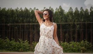 Zwiewne sukienki na lato dodają uroku i seksapilu