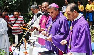 Biskup Leteneg (w środku) miał zdefraudować ponad 120 tys. dolarów.