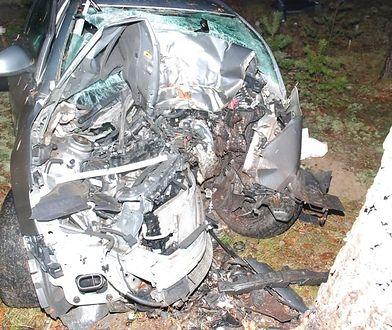 Auto, którym jechał 18-latek, jest kompletnie zniszczone