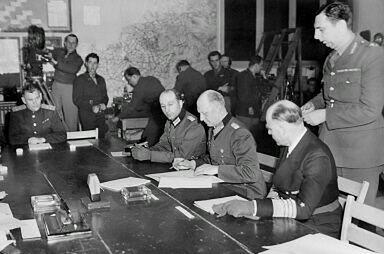 7 maja 1945 roku - kapitulację w Reims (wschodnia Francja) podpisali w imieniu władz niemieckich  generał Alfred Jodl (3 z prawej) i admirał von Friedeburg (2 z prawej). Dla Europy Zachodniej 7 maja jest dniem zakończenia II wojny światowej.