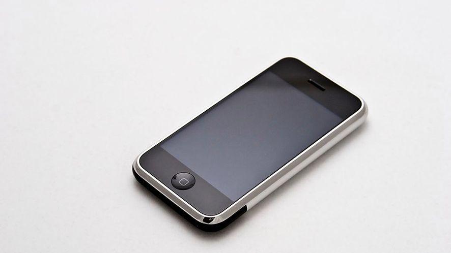 Pierwszy iPhone (źródło: Wikimedia)
