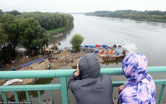 Afera ściekowa. Warszawiacy przyglądają się pracom przy moście pontonowym.