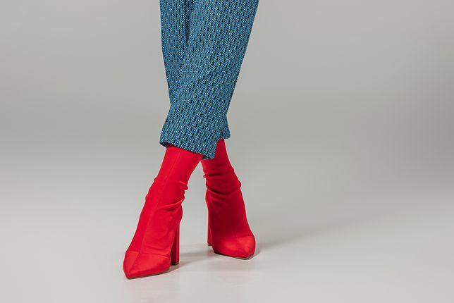 Skarpetkowe botki można nosić do eleganckich spodni i spódnic