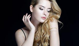 Lśniące i uniesione u nasady włosy to marzenie wielu kobiet. W przypadku włosów cienkich trudne do zrealizowania.