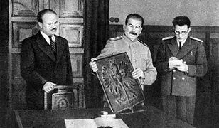 Stalin otrzymuje od delegacji z Warszawy symboliczny dar - herb Polski z brązu 15 listopada 1944 r.