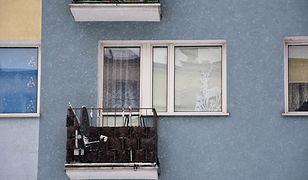 Balkon mieszkania w Iławie, gdzie znaleziono ciała dwóch noworodków