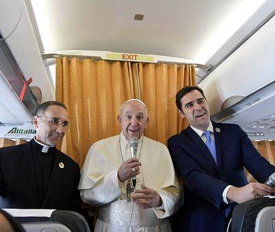 Papież Franciszek na pokładzie samolotu