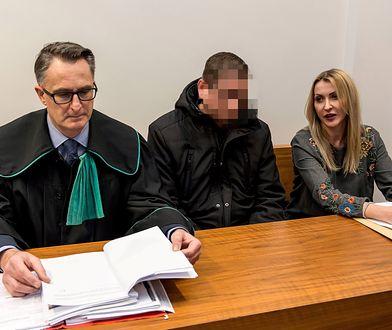 Mike S. z obrońcą i tłumaczką podczas styczniowej rozprawy