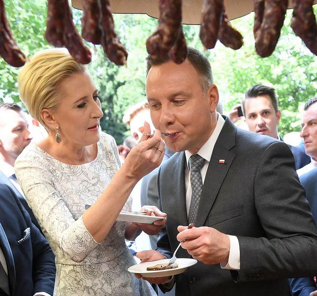 Prezydent Andrzej Duda karmiony przez żonę. Nie ukrywają uczucia przed obywatelami