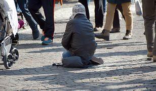 Nie chcieli dać pieniędzy bezdomnym. Gdy wręczyli im jedzenie, reakcje były różne
