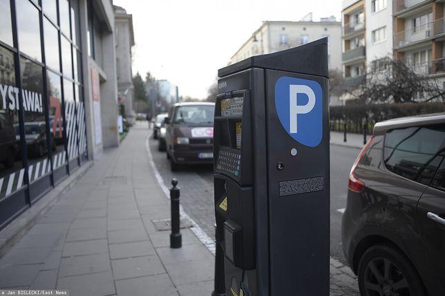 Warszawa. Parkomat ustawiony na ul. Świętojerskiej w stolicy